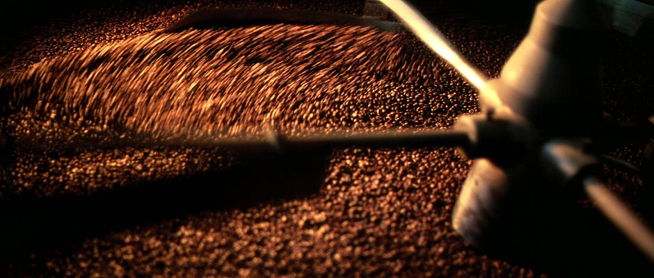 Der Kaffee wird geröstet.
