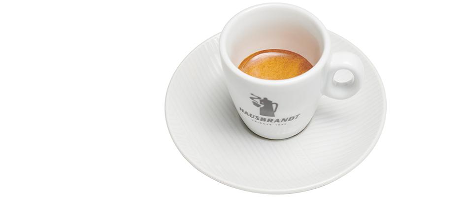 Nach dem Rösten wird der Kaffee im Analyselabor erneut einer Reihe von Kontrollen unterzogen, darunter die Beurteilung der Farbe und selbstverständlich wird der Kaffee auch probiert.